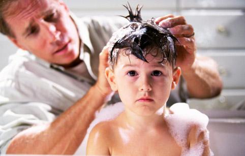 Обработка волос шампунем от вшей